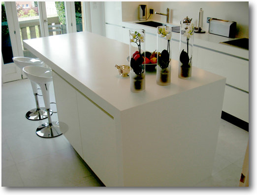 Ilot central habill avec un plan en corian avec une joue for Dimension ilot central cuisine
